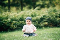 逗人喜爱的婴孩画象有大蓝眼睛的在白色衬衣穿戴了, 库存照片