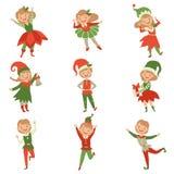 逗人喜爱的嬉戏的男孩和女孩矮子服装的,小的圣诞老人帮手字符导航例证在白色 皇族释放例证