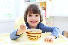 逗人喜爱的孩子吃汤 图库摄影