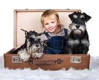 逗人喜爱的孩子和狗 免版税库存图片