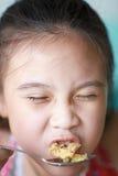 逗人喜爱的孩子喜欢吃午餐 免版税库存照片