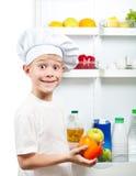 逗人喜爱的厨师男孩选择食物 库存图片