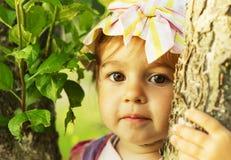 逗人喜爱的孩子在晴朗的夏日微笑着 免版税图库摄影