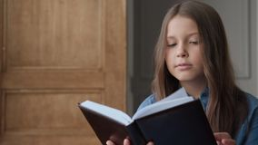 逗人喜爱的孩子或学会学校女孩的教育的看书 影视素材