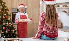逗人喜爱的孩子是预期圣诞节曲奇饼 库存图片