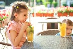逗人喜爱的孩子用自然柠檬水 库存图片