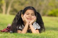 逗人喜爱的孩子获得乐趣在公园 库存照片