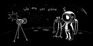 逗人喜爱的宇航员和飞碟摆在为selfie射击的传染媒介字符 在星系的太空人冒险