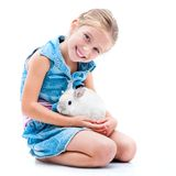 逗人喜爱的小女孩一只白色兔子 免版税库存照片
