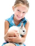 逗人喜爱的小女孩一只白色兔子 免版税库存图片