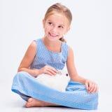 逗人喜爱的小女孩一只白色兔子 免版税图库摄影