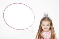 逗人喜爱的小女孩佩带的公主桃红色礼服画象  免版税库存图片