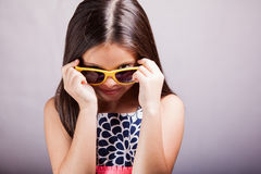 逗人喜爱的小女孩佩带的太阳镜 库存照片