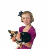 逗人喜爱的小女孩和宠物奇瓦瓦狗 免版税库存图片