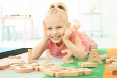 逗人喜爱的小女孩和词莉萨组成由木信件 免版税库存照片
