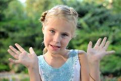 逗人喜爱的小女孩在公园在一个晴天 库存照片