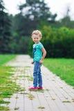 逗人喜爱的小女孩在公园在夏日 免版税库存照片
