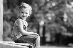 逗人喜爱的小女孩在公园在夏日 免版税库存图片