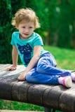 逗人喜爱的小女孩在公园在夏日 库存图片
