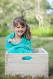 逗人喜爱的小女孩在公园 免版税库存照片