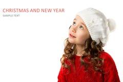 逗人喜爱的小女孩在冬天在被隔绝的白色背景穿衣 免版税库存图片