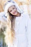 逗人喜爱的小女孩在冬天穿衣户外 免版税图库摄影