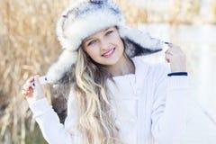 逗人喜爱的小女孩在冬天穿衣户外 库存照片