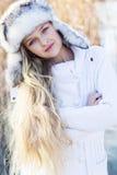 逗人喜爱的小女孩在冬天穿衣户外 图库摄影
