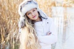逗人喜爱的小女孩在冬天穿衣户外 免版税库存图片