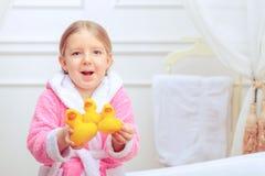 逗人喜爱的小女孩在卫生间里 免版税库存照片