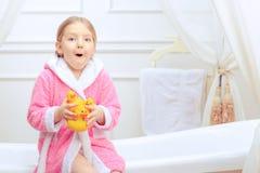 逗人喜爱的小女孩在卫生间里 免版税图库摄影