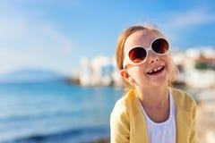 逗人喜爱的小女孩在希腊 免版税库存图片