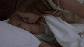 逗人喜爱的小女孩在床上在 免版税库存图片