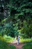 逗人喜爱的小女孩在森林里 图库摄影
