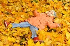 逗人喜爱的小女孩在秋天 免版税库存照片