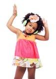 逗人喜爱的小女孩在耳机跳舞 免版税库存照片