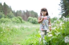 逗人喜爱的小女孩在草甸 图库摄影