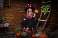 逗人喜爱的小女孩巫婆 免版税图库摄影