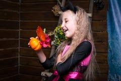 逗人喜爱的小女孩巫婆 免版税库存照片