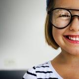 逗人喜爱的小女孩微笑的乐趣幸福减速火箭的概念 免版税库存图片