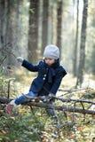 逗人喜爱的小女孩探索的秋天森林在春天小河之前 免版税库存照片