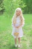 逗人喜爱的小女孩春天画象白色礼服的 免版税库存照片