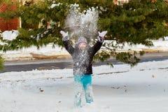 逗人喜爱的小女孩是去的冰鞋户外 免版税库存照片