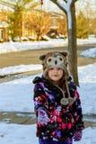 逗人喜爱的小女孩是去的冰鞋户外 免版税图库摄影