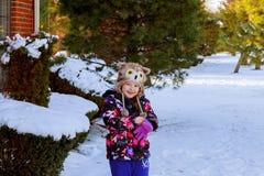 逗人喜爱的小女孩是去的冰鞋户外 图库摄影