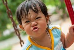 逗人喜爱的小女孩是滑稽的 免版税库存照片