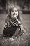 逗人喜爱的小女孩档案在公园 免版税库存照片
