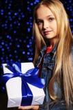 逗人喜爱的小女孩欢乐照片有拿着礼物箱子的长的金发的 免版税库存图片