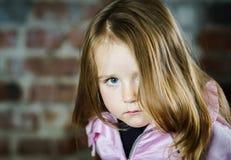 逗人喜爱的小女孩演播室画象 免版税库存图片
