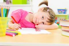 逗人喜爱的小女孩研究在家 免版税图库摄影